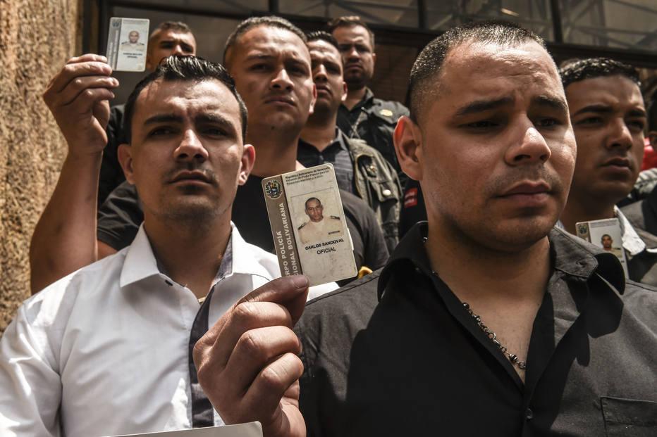 Membros da Guarda Nacional Bolivariana que desertaram para a Colômbia participam de manifestação em apoio ao líder opositor Juan Guaidó