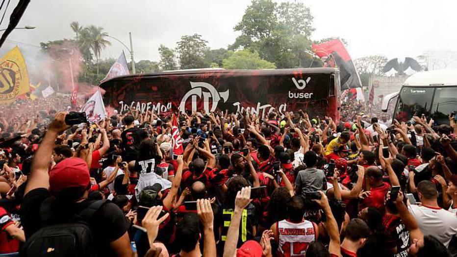 Torcida do Flamengo faz grande festa para se despedir dos jogadores