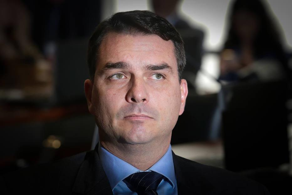 Flávio Bolsonaro propõe livrar de punição agente que 'neutralizar' quem estiver com fuzil