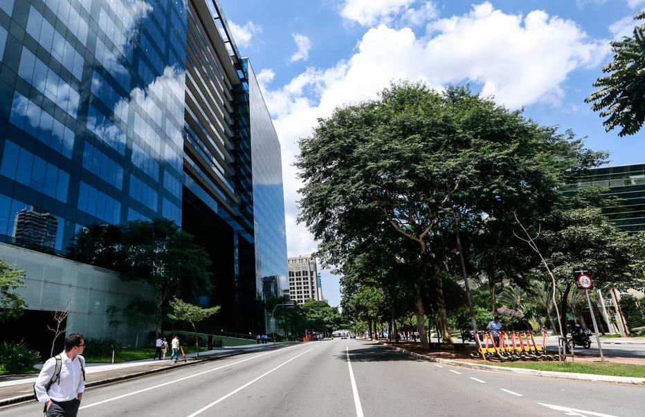 Com avanço do novo coronavírus, Avenida Faria Lima tem segunda-feira esvaziada