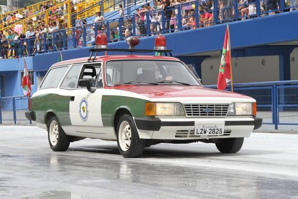 Os veículos antigos e o Camaro da Polícia Militar de Santa Catarina