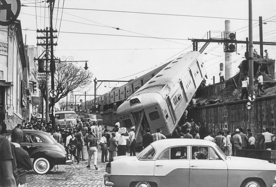 Acidente de trem na Estrada de Ferro Santos-Jundiai, próximo da Estação da Luz ocorrido em 19/8/1965. Leia mais em<a href='http://acervo.estadao.com.br/pagina/#!/19650820-27711-nac-0014-999-14-not/busca/acidente+Santos' target='_blank'>Vagão cai sob via pública</a>