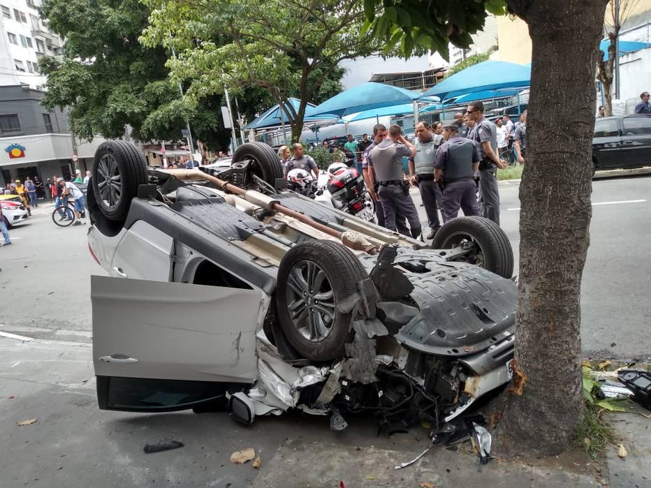 Carro capotado na Rua dos Pinheiros