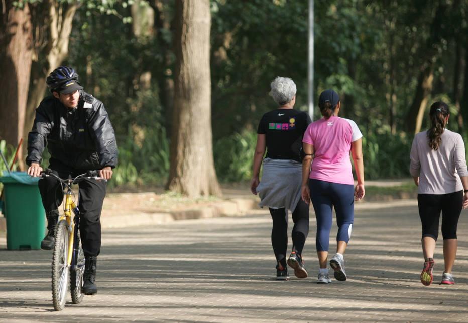 Andar lento é sinal de envelhecimento acelerado para 'quarentões', diz estudo