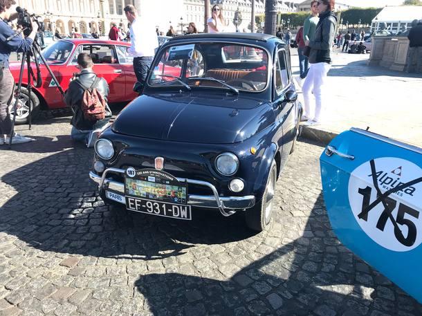 Desfile de carros antigos antes do Salão do Automóvel de Paris