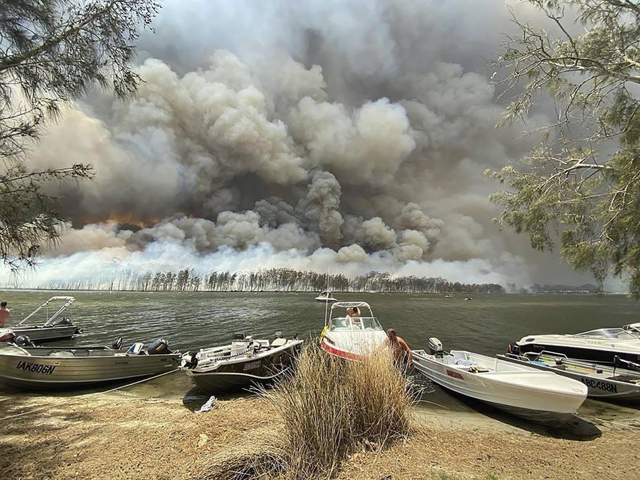 ctv-9x6-barcos-so-puxados-para-terra-enquanto----incndios-tomam-conta-das-encostas-do-lago-conjola-na-austrlia-milhares-de-turistas-fugiram-da-costa-leste-que-foi-devastada-por-incndios---robert-oerlemans-ap