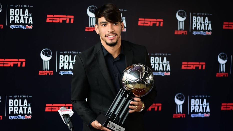 09c4db9a29 Paquetá leva bronca e compra terno de emergência antes de premiação. Jogador  foi eleito um dos melhores meias do Campeonato Brasileiro no troféu Bola ...