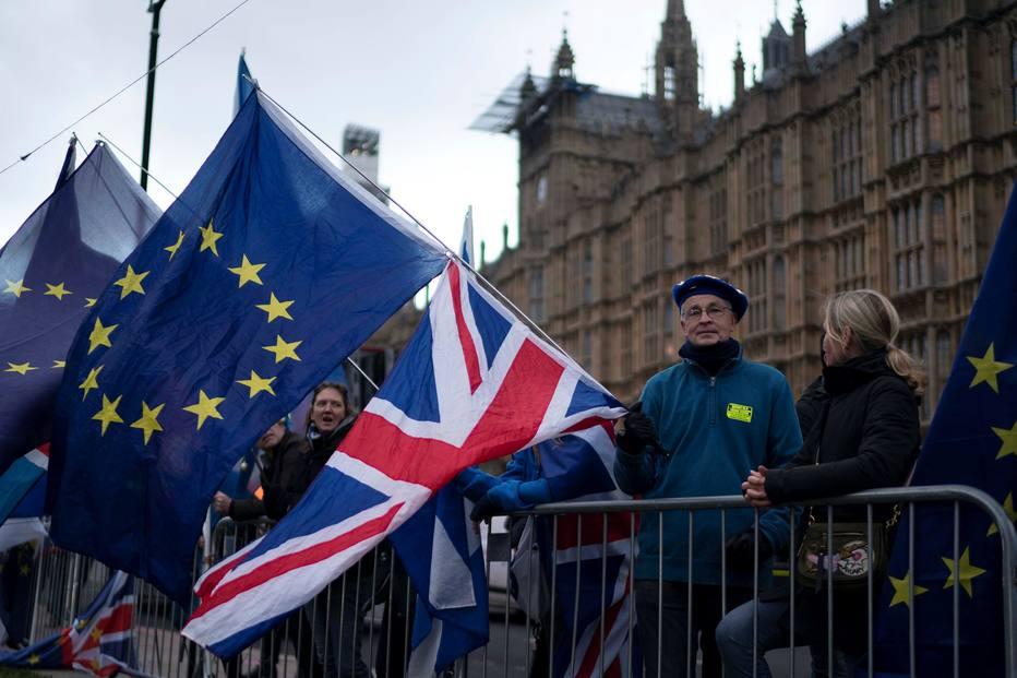 Manifestantes favoráveis e contrários ao Brexit se manifestam na frente do Parlamento britânico na véspera da votação do acordo