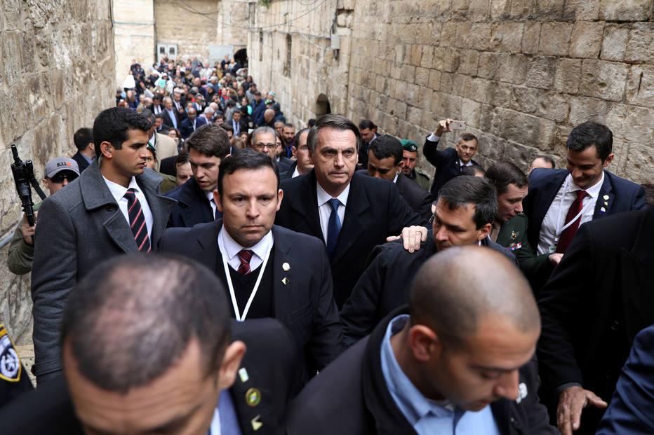 Cercado por forte aparato de segurança, Bolsonaro deixa a basílica do Santo Sepulcro em direção ao Muro das Lamentações, em Jerusalém Oriental