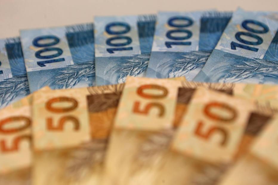 Dinheiro - notas de cem e cinquenta reais.
