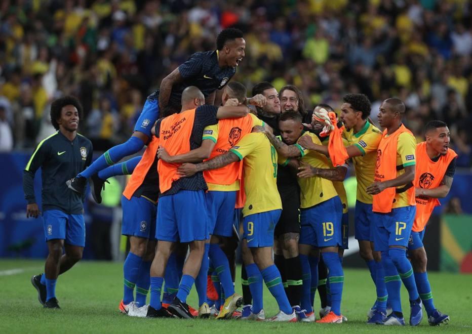 Brasileiros vibram com um dos gols na vitória