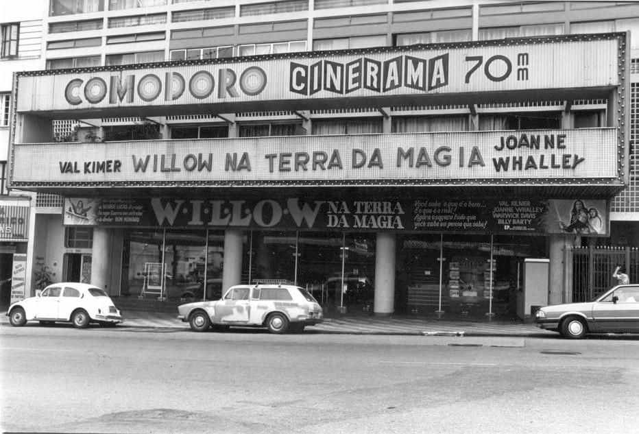 Cine<a href='http://acervo.estadao.com.br/noticias/acervo,avo-do-3d-cinerama-estreou-em-sao-paulo,9202,0.htm' target='_blank'>Comodoro</a>na avenida São João, em foto de 20/3/1989