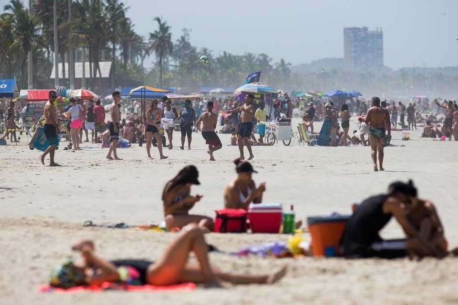 No feriado de 7 de setembro, praia do Guarujá ficou lotada