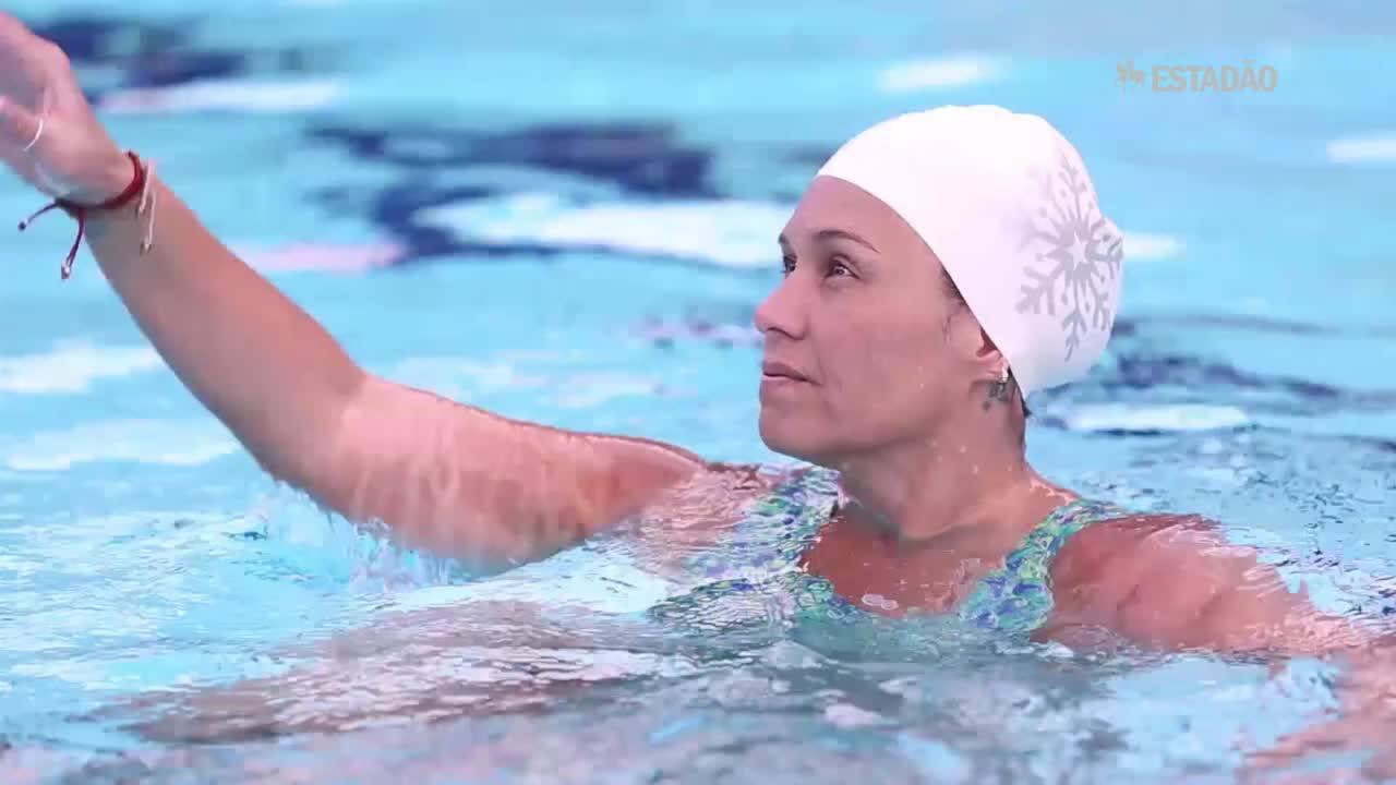 Após ter a perna amputada, jogadora de polo aquatico retoma rotina nas piscinas