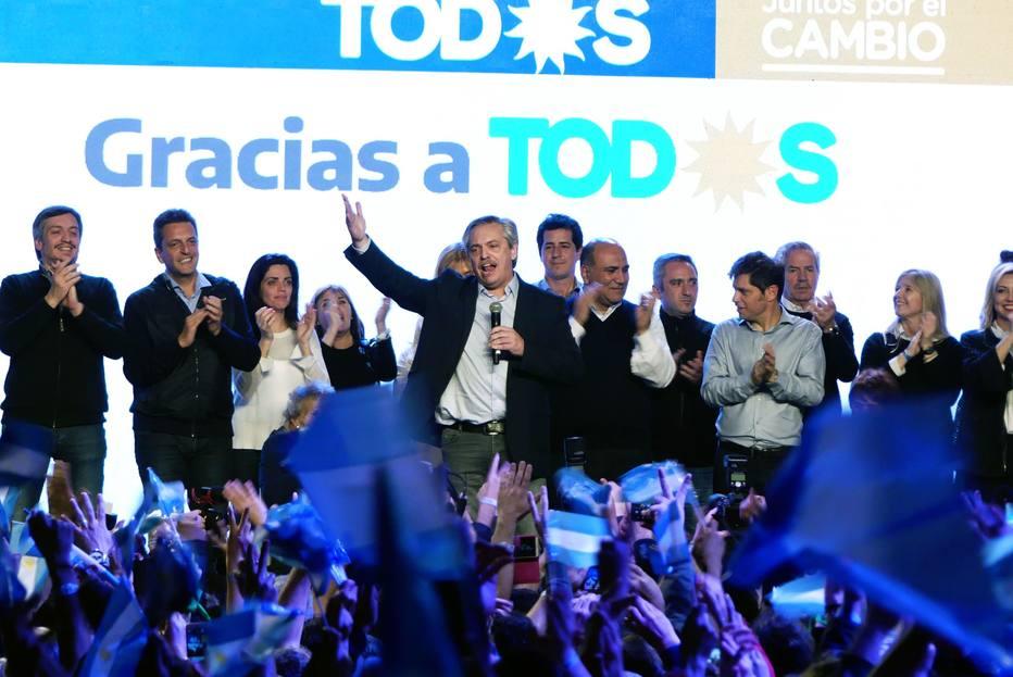 Alberto Fernández discursa para apoiadores após a divulgação do resultado das primárias na Argentina