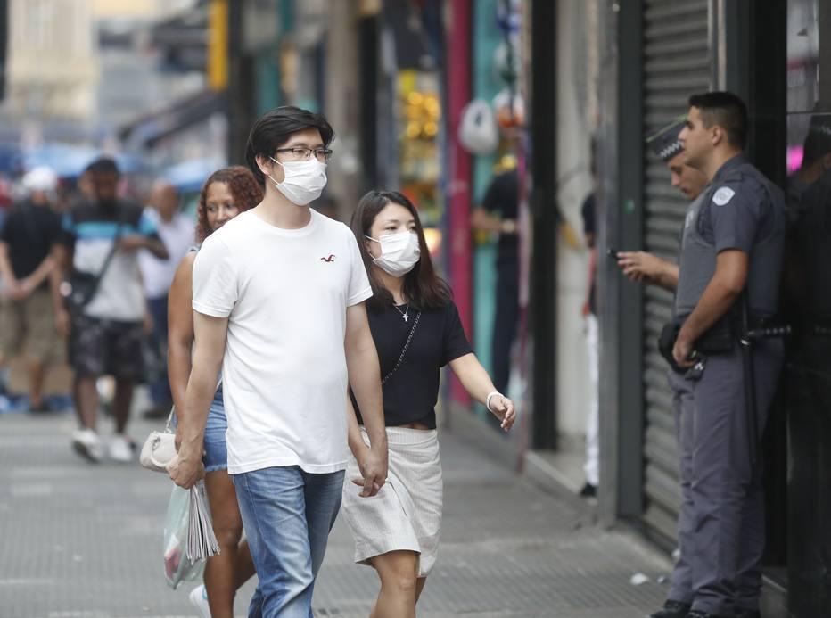 Pedestre usa máscara devido ao surto do coronavirus, na regiao da rua 25 de Março, centro da capital paulista