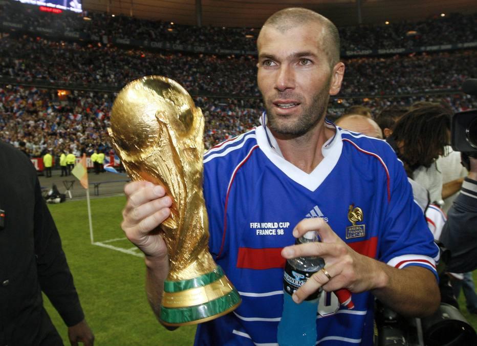 Zidane carregando a taça da Copa do mundo de 1998 na França
