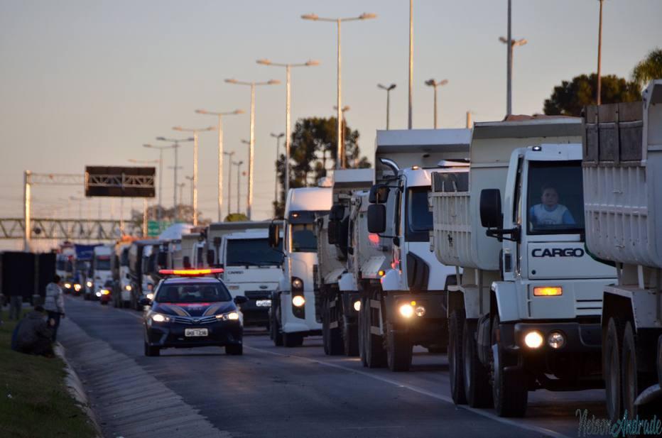 Protesto de caminhoneiros mantém Régis interditada na madrugada