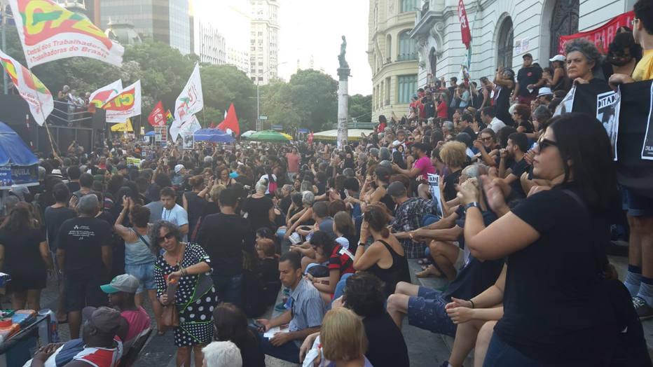 Manifestantes fazem atos contra e em defesa da ditadura militar pelo Brasil