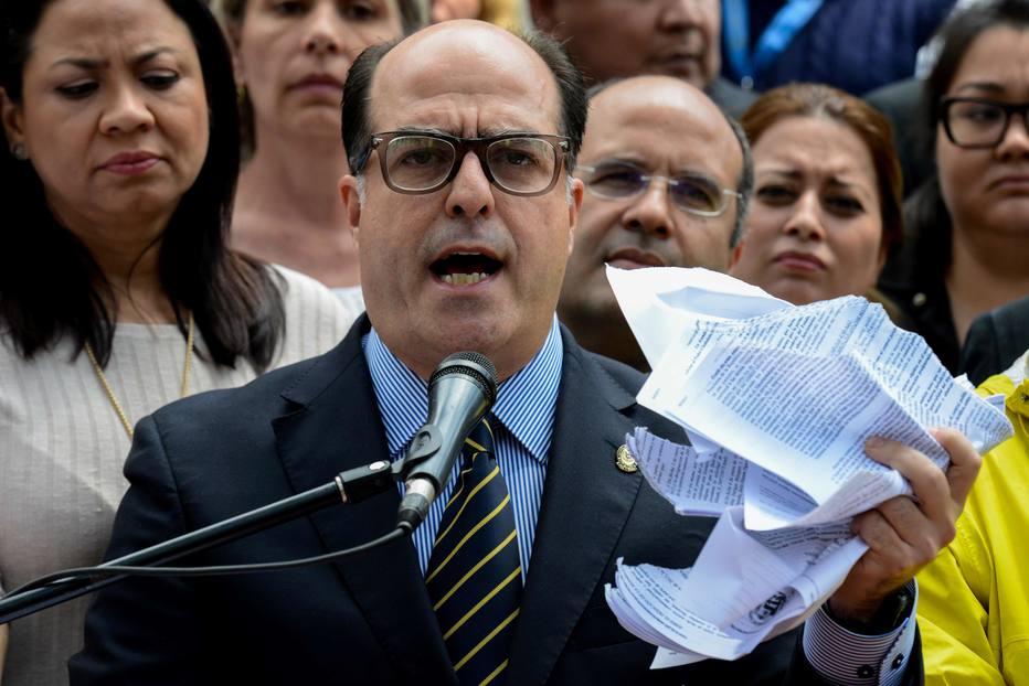 Julio Borges acusou governo chavista de forjar ataque contra Maduro para poder perseguir opositores