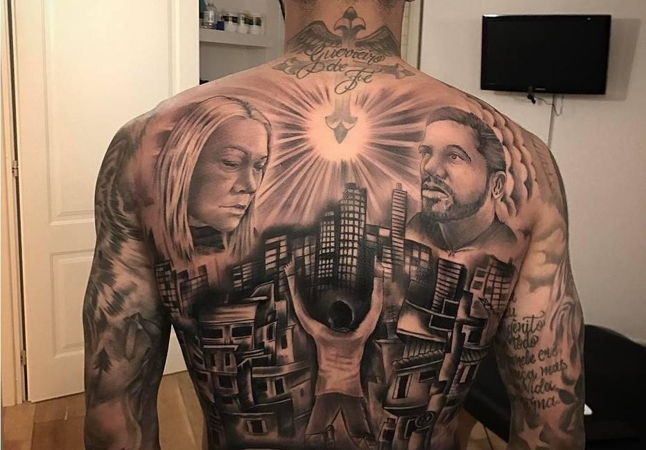 Gabigol fecha as costas com tatuagem com imagem da me e