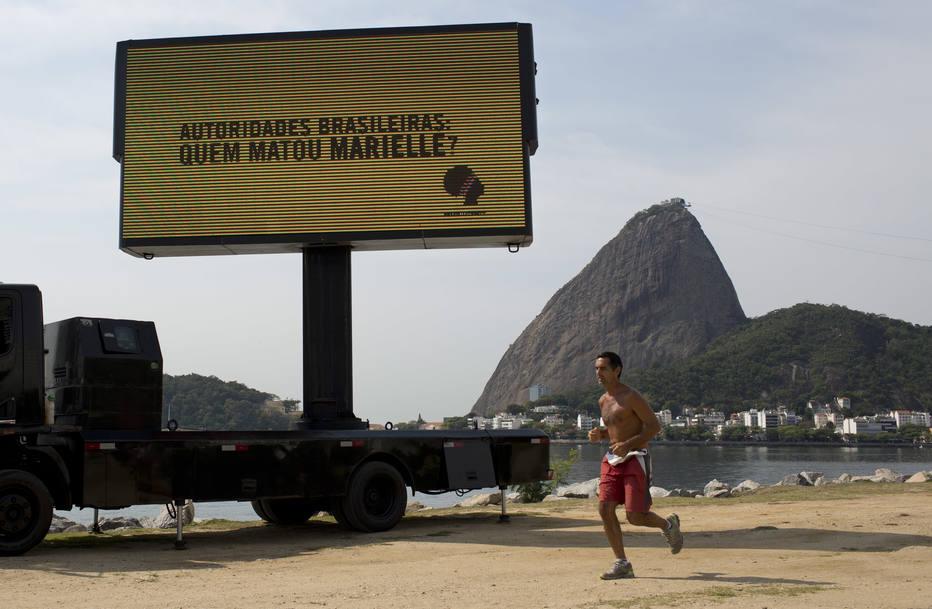 Telão circula pelo Rio perguntando: