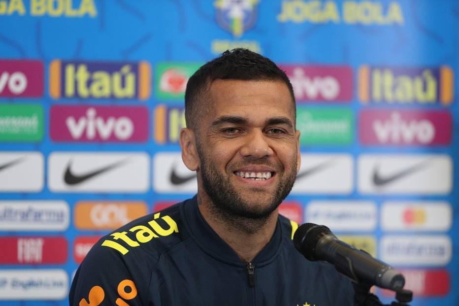 Daniel Alves cobra mais proximidade entre torcida e seleção brasileira