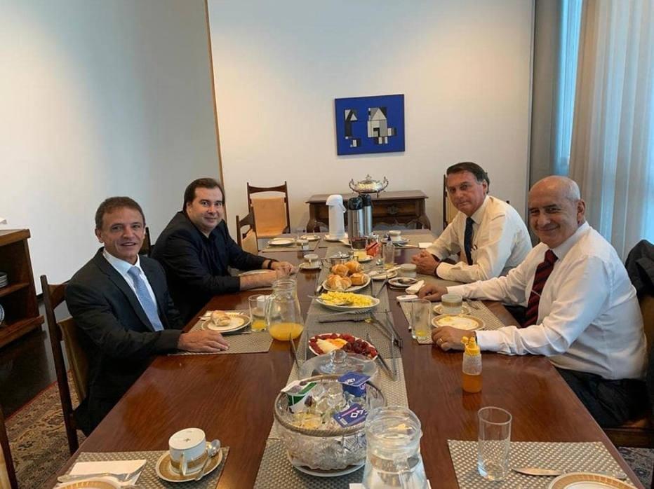 Bolsonaro se rende à política feita à mesa