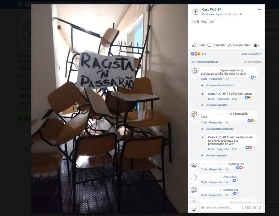 Estudantes utilizaram cadeiras para bloquear acesso de prédio da PUC-SP