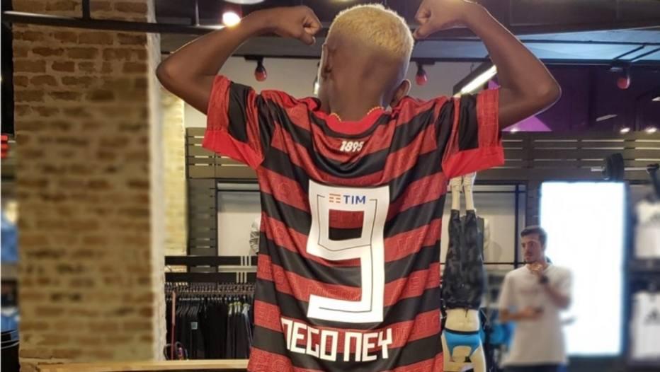 e44e2d6fe43 Nego Ney  marca presença no primeiro dia de vendas da nova camisa do ...