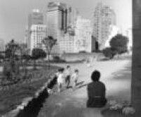 Mãeobserva crianças brincando na<a href='http://acervo.estadao.com.br/noticias/acervo,praca-da-bandeira-ja-foi-local-de-lazer,11704,0.htm' target='_blank'>Praça da Bandeira</a>em 1956