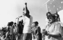 O candidato a prefeito pelo PT, Eduardo Suplicy,discursa ao lado da vereadora Luiza Erundinae de Marta Suplicy durante comício na capital paulista, 13/10/1985