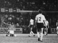 <a href='http://https://acervo.estadao.com.br/pagina/#!/19741003-30528-nac-0031-999-31-not' target='_blank'>Ajoelhado no centro do campo, os braços abertos e chorando</a>. Foi assim que Pelé, o maior jogador de todos os tempos, encerrou sua carreira no Santos.