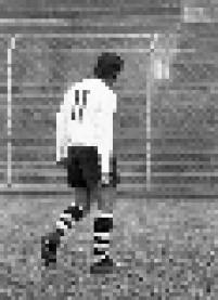 Rivelino deixa o campo cabisbaixo durante partida do Corinthians realizada na Fazendinha, no Parque São Jorge.