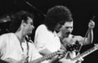 O vocalistaFreddie Mercury e o guitarrista Brian May, do<a href='http://fotos.estadao.com.br/galerias/acervo,contatos-fotograficos-queen,26497' target='_blank'>Queen</a>, se apresentam no Rock in Rio I, 11/01/1985