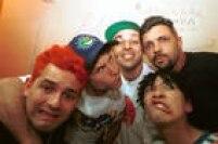 Os integrantes da banda Mamonas Assassinas, Júlio Rasec (tecladista), Dinho (vocalista), Samuel Reoli (baixista), Bento Hinoto (guitarrista) e Sérgio Reoli (baterista), posam para foto nos bastidores de apresentação da banda em 1995.