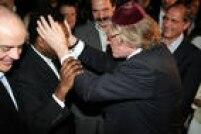 Henry Sobel abraça Pelé no lancamento do filmePeléEterno(2004), no Palácio do Governo do Estado de São Paulo, SP. 20/06/2004.