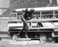 """A peça """"<a href='http://acervo.estadao.com.br/pagina/#!/19661130-28105-nac-0014-999-14-not' target='_blank'>O Menino e OCatavento</a>""""na Avenida 9 de Julho, 30/11/1966. Aescultura em bronze foi feita porO. M. di Palma"""