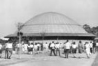 Visitantes lotam as sessões de projeções do Planetário em 1965