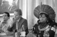 O cantor<a href='http://acervo.estadao.com.br/pagina/#!/19890521-35046-nac-0028-999-28-not' target='_blank'>Sting eo cacique Raoni</a>durante entrevista coletiva, no Rio de Janeiro em 1989