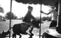 Menina brinca em<a href='http://acervo.estadao.com.br/pagina/#!/19681011-28683-nac-0014-999-14-not/busca/carrossel' target='_blank'>carrossel de parque de diversões</a>em 1968