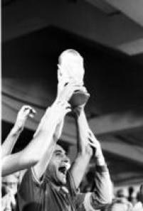 O lateral-direito italiano Gentile comemora a conquista do tricampeonato mundial erguendo a taçaa no Estádio Santiago Bernabeu, em Madri, Espanha, 11/7/1982.