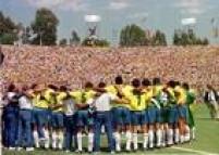 Estados Unidos. Jogadores e equipe técnica da Seleção do Brasil, em círculo fazem oração após a conquista do tetra campeonato, 17/7/1994.O Brasil venceu a Itália por 3 a 2 na disputa de pênaltis.