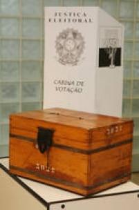 Uma das primeirasurnas eleitoraisutilizada no Brasil no inicio dos anos de 1900 exposta no Museu do Tribunal Superior Eleitoral, Brasilia, DF.26/10/2010.