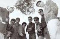 """<a href='http://acervo.estadao.com.br/pagina/#!/19850627-33840-nac-0020-999-20-not/busca/Tit%C3%A3s' target='_blank'>""""Do corte de cabelo estrado àroupa bem-comportada da década de 60, eles são os Titãs""""</a>anunciava o jornal em 1985, quando o grupo estava preocupado em fazer música dançante. Meses depois seria lançado o Cabeça Dinossauro."""