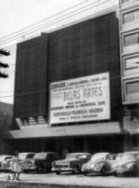 """Imagem da fachada do<a href='http://brasil.estadao.com.br/blogs/arquivo/nascimento-e-morte-de-um-cinema/' target='_blank'>Cine Belas Artes</a>, no centro da capital paulista, em 1967. Um aprceria daCompanhia Serrador, com a Sociedade Amigos da Cinemateca (SAC), o cine Belas Artessurgiu como promessa de """"<a href='http://acervo.estadao.com.br/noticias/acervo,a-primeira-abertura-do-belas-artes,10294,0.htm' target='_blank'>espetáculo, polêmico, cultura"""",</a>como dizia o anúncio da estreia, em 14/7/1967"""