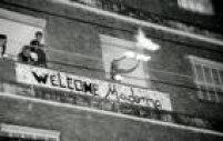 A vizinhança do hotel em que Madonna ficaria a aguardava com faixas, fogo e ansiedade.