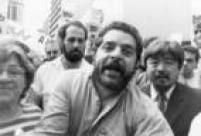 Luiz Inácio Lula da Silva, então candidato do PT ao Planalto,é envolvido por apoiadores durante comício de campanha. São Paulo, SP. 06/09/1989.