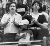 Pablo escobar junto com sua esposa Victoria Eugenia Henao e seu filho Juan Pablo Escobar durante partida de futebol em Medellín.