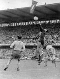 Marcado pelos suecos Kurt Hamrin e Nils Liedholm (de costas) o goleiro Gilmar, do Brasil, faz uma defesa na final da Copa do Mundo de 58,. O Brasil venceu por 5 a 2, com gols de Vavá (2), Pelé (2) e Zagallo (1), e conquistou seu primeiro título de campeão mundial em29/6/1958.